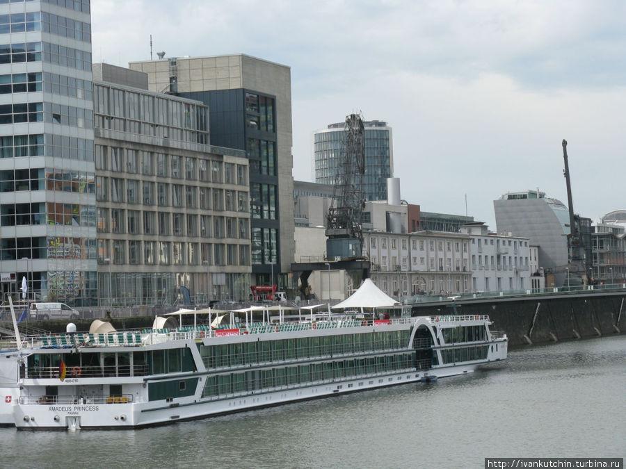 Кроме лодок там стоят и довольно большие суда