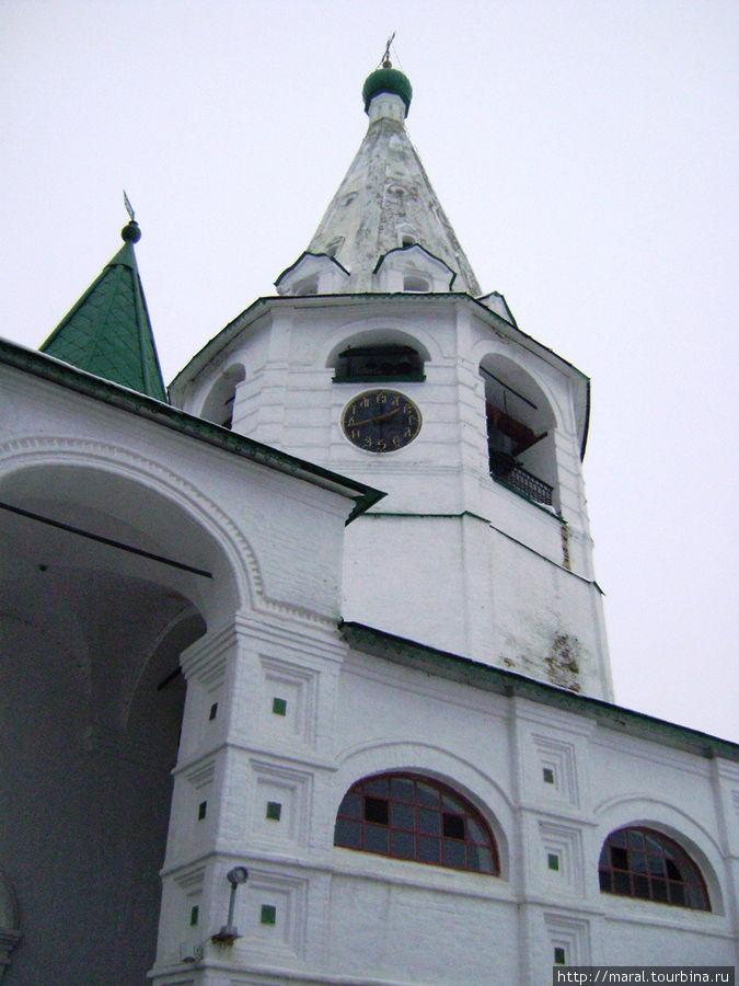 В церкви, расположенной в нижнем ярусе колокольни, находится «Иорданская сень» — единственная сохранившаяся в России
