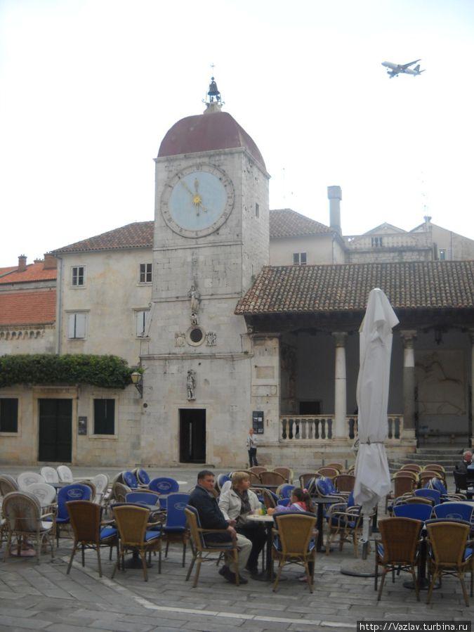 Вид с площади — башня с часами в центре, лоджиа справа