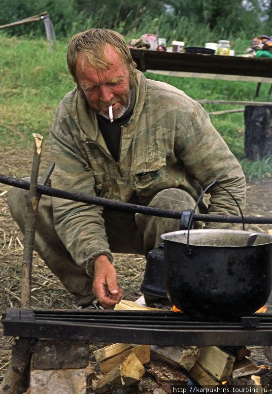 Представители местного населения на сенокосе.