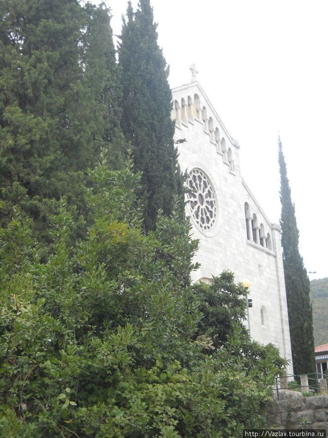 Боковой вид на фасад церкви