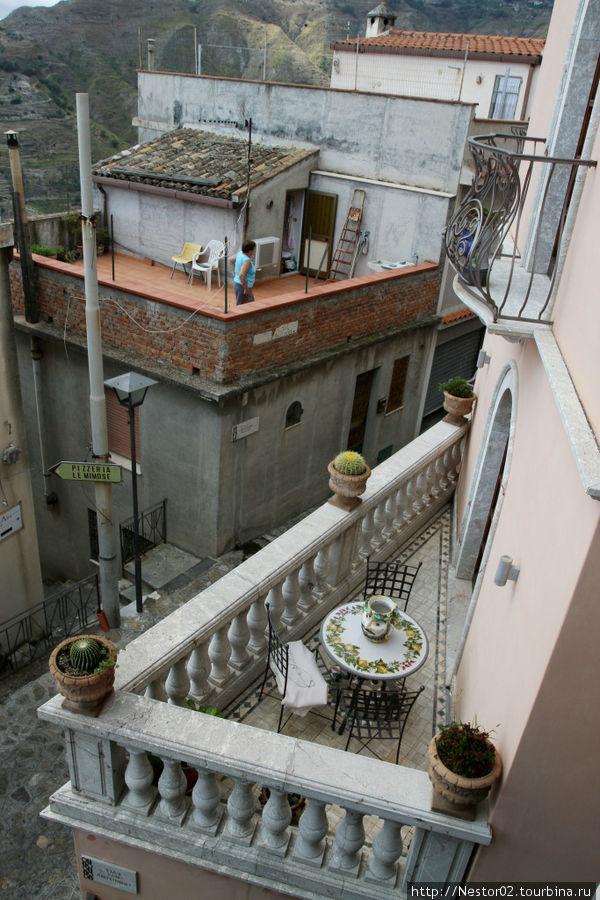 Балкон в Кастельмоло. Фотография этого балкона запомнилась еще до поедки на Сицилию. Я его разыскал и вот он перед вами.