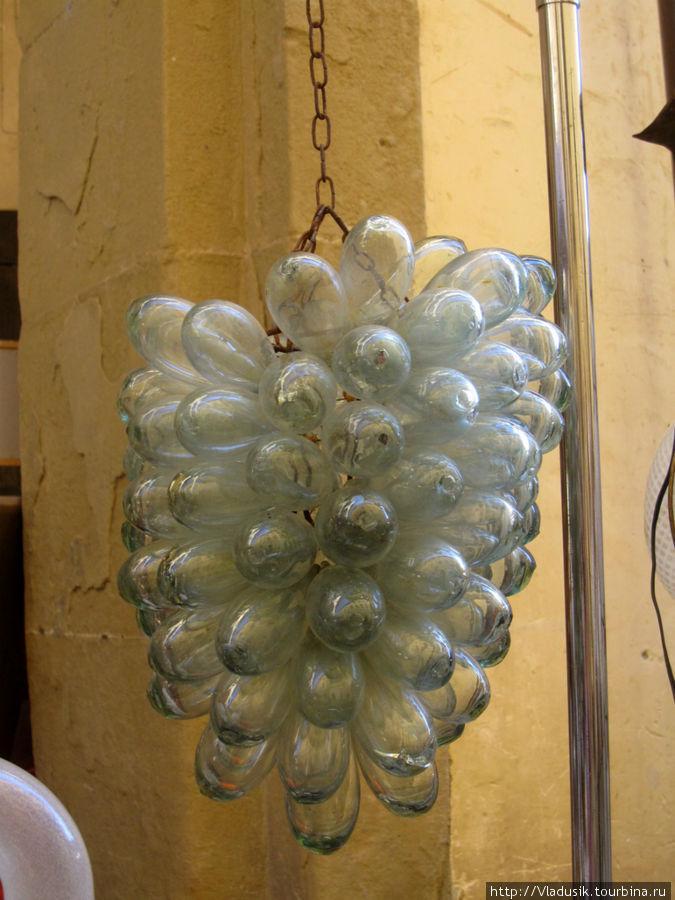 Люстра из лампочек :)