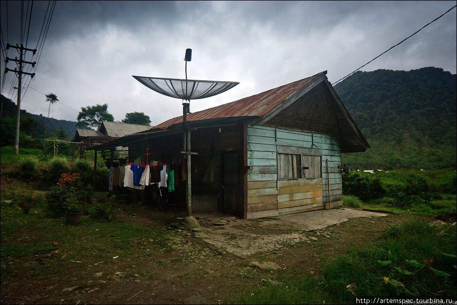 каждая крыша увенчана спутниковой антенной-тарелкой.