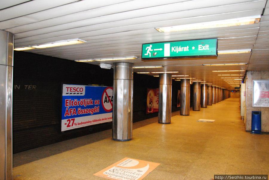 А вот так выглядят станции Синей линии №3. перед рекламой названия станций по пути следования поезда