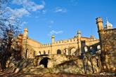 Главный, подъездной вход в замок. Большая терраса с ведущими к ней двумя лестницами.