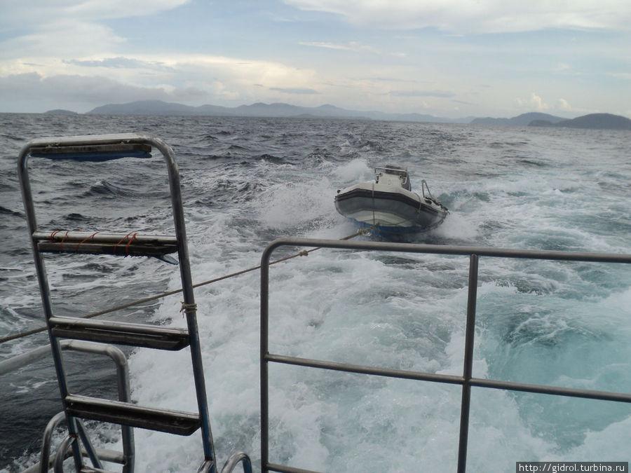 Следует катер для облегчения подъема дайверов на борт яхты.