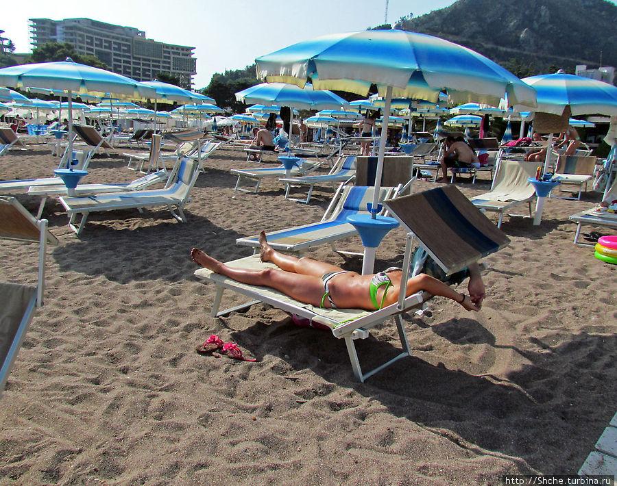 На пляже очень удобные лежаки. ; положения спинки и козырек