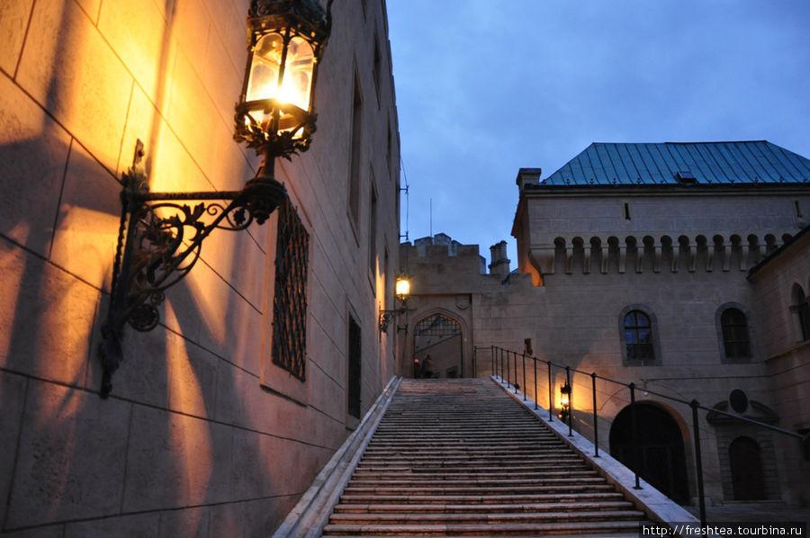 Внутренние дворы замка с наступлением сумерек освещают старинные фонари. Детали их декора хочется рассмотреть неспешно...
