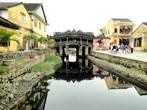 Крытый мост был построен  японскими купцами в 1593 году, мост соединил японское и китайское поселения города. Японцы считали, что  на том месте, где они выстроили мост, проживал дракон, голова которого достигала Индии, а хвост покоился в Японии.