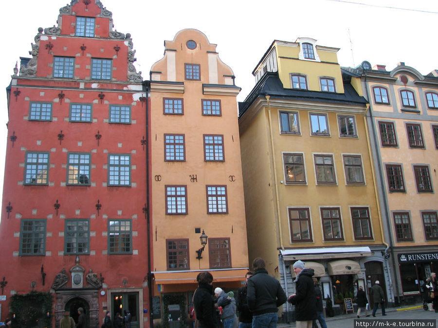 Кафе находится в желтом доме справа от красного