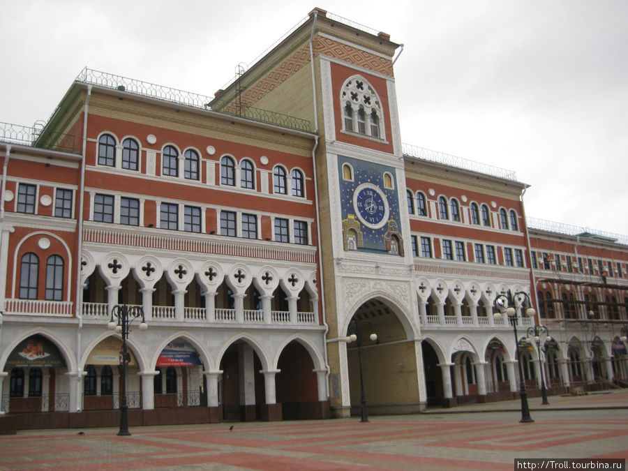 Часы в контексте здания