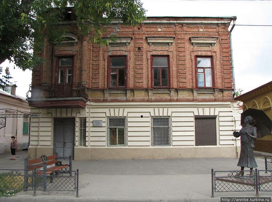 Дом, где прошли детские и юношеские годы актрисы. Весь второй этаж занимала семья Фельдман.