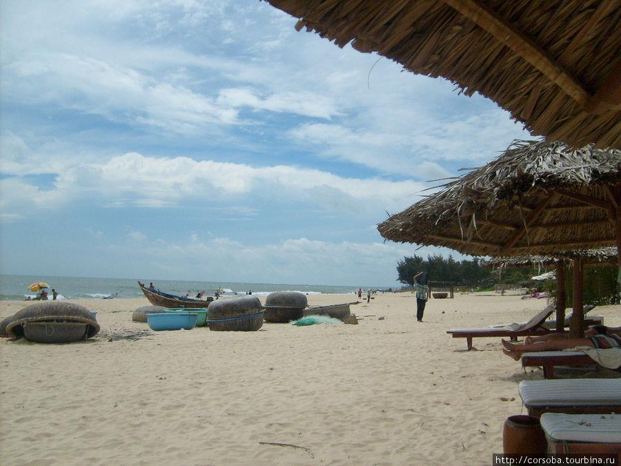 Отели заняли всю береговую линию, так что приходится рыбакам прямо на пляже держать свои лодки. По- моему, это добавляет живописности.