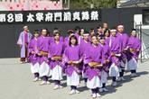 На фестивале выступали любительские группы из соседних городов префектуры Фукуока. Но все они так зажигательно, я бы сказал — яростно, неистово  танцевали, что невольно остановился и засмотрелся. Видимо поэтому фестиваль и называется — настоящего (или истинного) танца. Все выступающие начинали свои программы со слов, —