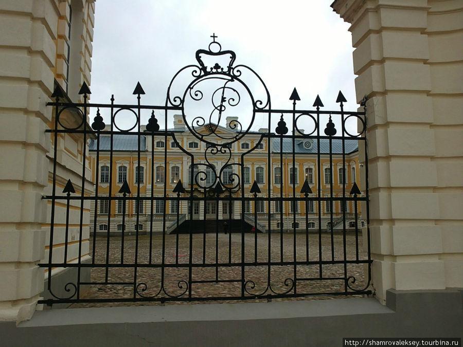 Решётка дворца с вензелем герцога Бирона