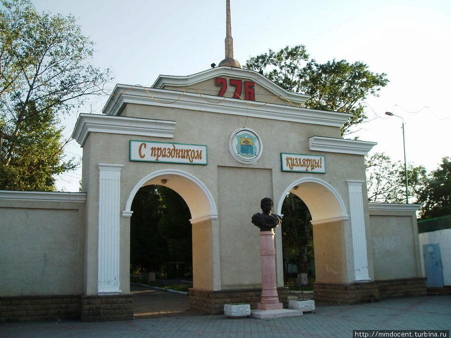 Памятник с семейный Кизляр Памятник Скала с колотыми гранями Ботанический сад