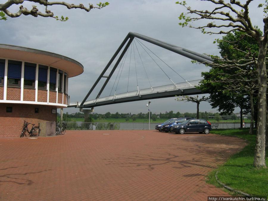 На другой берег гавани можно попасть по пешеходному мостику (в круглой будке находится отделение полиции)