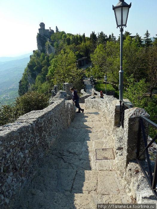Переход между крепостными башнями, а весь периметр займет около двух часов