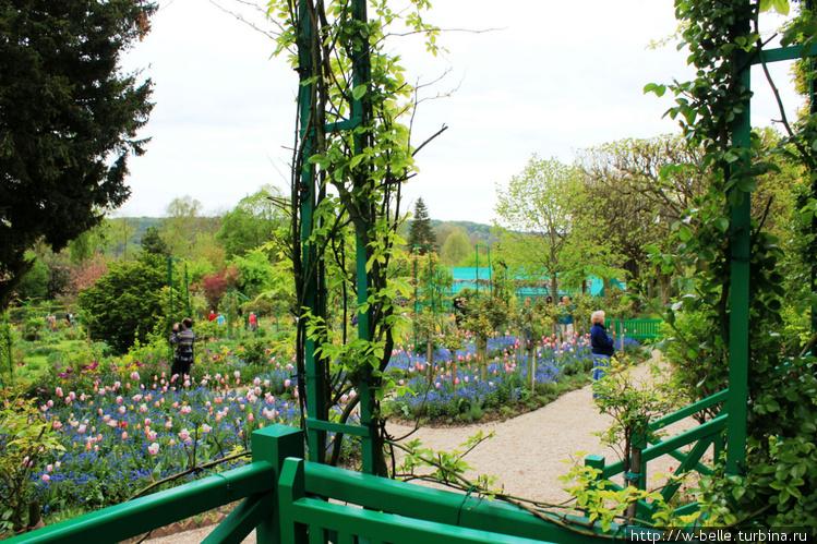 Вид на сад с крыльца дома