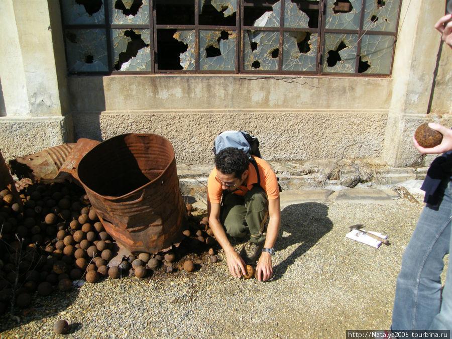 Шахта в Монтевеккью. С помощью этих железных шариков перемалывали руду.