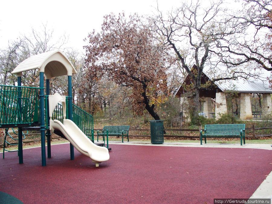 Детская площадка и навес для  барбекю со столами.