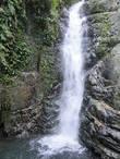 грохочущего водопада, низвергающегося откуда-то сверху