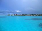 Пляж на самом острове, скажем, никакой. Все дорогие отели расположились на островках, построили шалашики на сваях, многие с прозрачными полами, чтобы рыбок за завтраком наблюдать можно мыло. Из хибарки можно спуститься прямо в воду. Уединённость обеспечена.