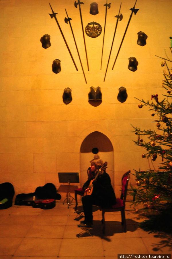 Под gотолком зала гулко отдаются аккорды...
