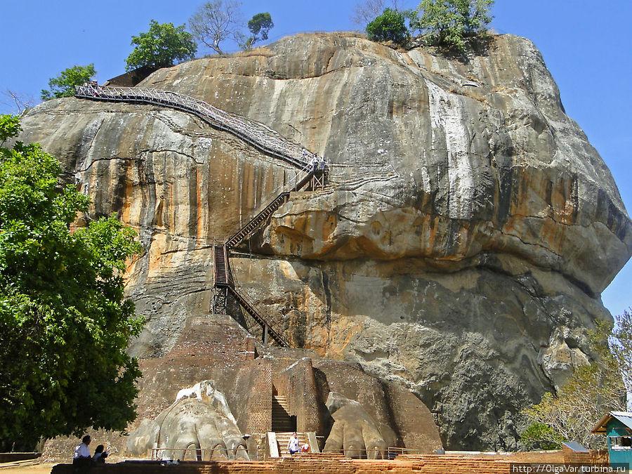 Легендарная скала и каменная крепость Сигирия — главная достопримечательность Шри-Ланки и объект всемирного наследия ЮНЕСКО Сигирия, Шри-Ланка