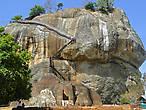 Легендарная скала и каменная крепость Сигирия — главная достопримечательность Шри-Ланки и объект всемирного наследия ЮНЕСКО