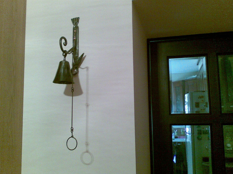 У этого колокольчика звон очень громкий. Звук плывёт по всей квартире.