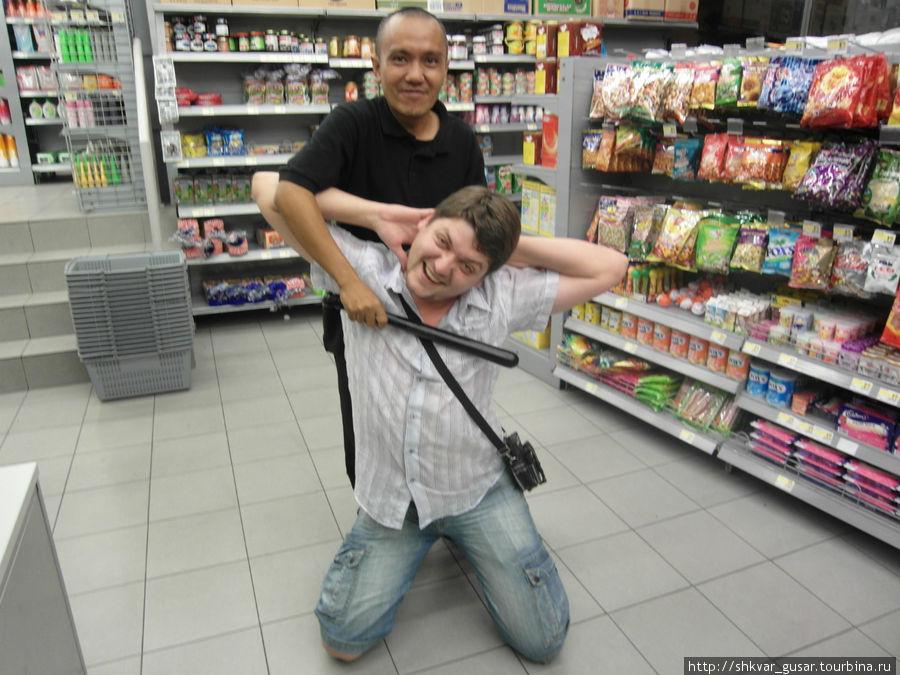 Охранник в круглосуточном магазине