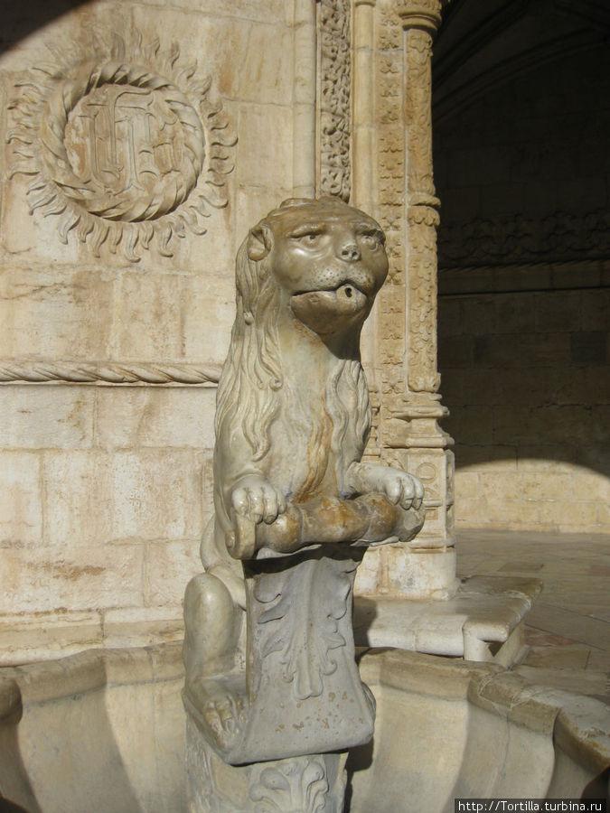 Фонтан в виде геральдического льва во внутреннем дворике монастыря