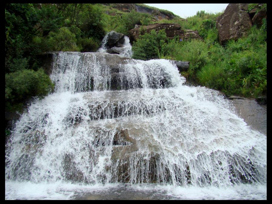 Этот водопад пересекает д