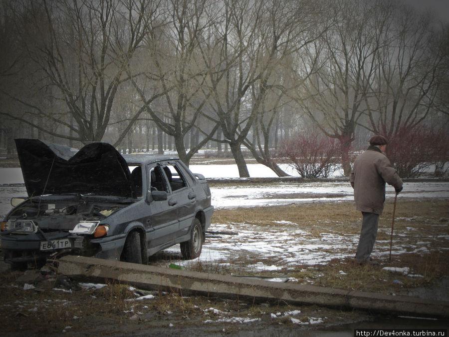 На территории парка — разбитая машина...
