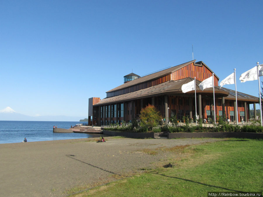 Общий вид театра с пляжем и вулканом Осорно вдали