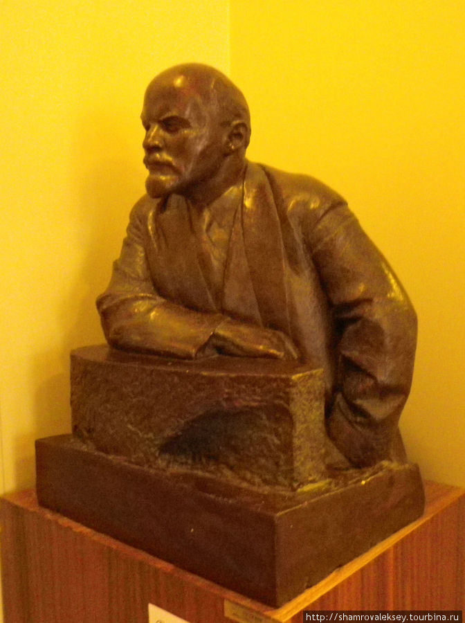 Бюст Ленина около входа