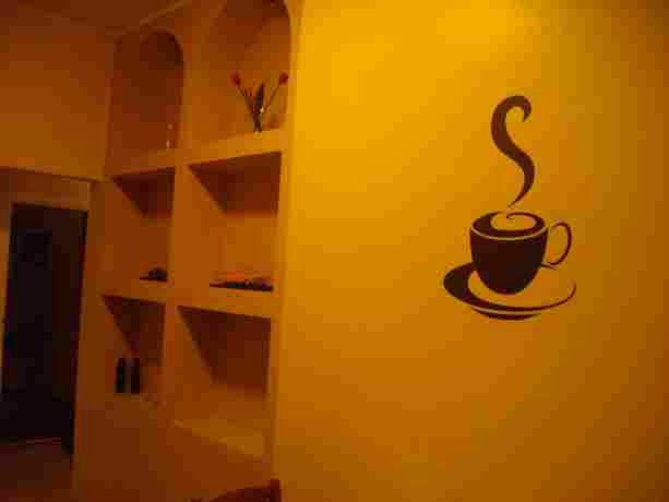 Чашка кофе над столом выглядит как-то тепло и аппетитно.