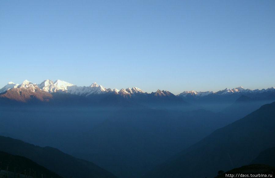 Манаслу, а справа Ганеш-Химал