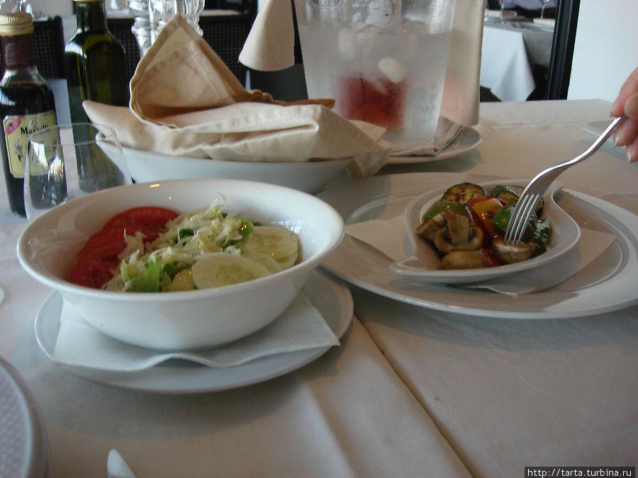 Свежие овощи (салаты там не в почете), шампиньоны и паприка на гриле
