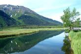 Справа видны мостки — сделаны для удобства просмотра этого кусочка озера и, возможно, рыбалки...