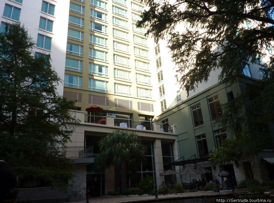 Вход в отель со стороны набережной Riverwalk