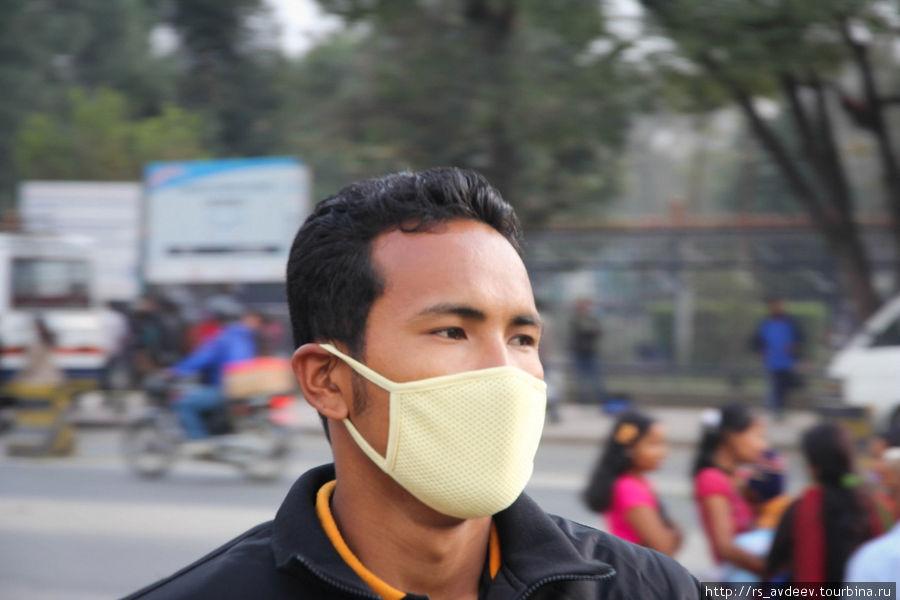 Много людей в масках. Версии две — от пыли и от болезней. Т.к. там очень большой перепад температуры, днем очень жарко а ночью холодно, по всей видимости часто заболевают.