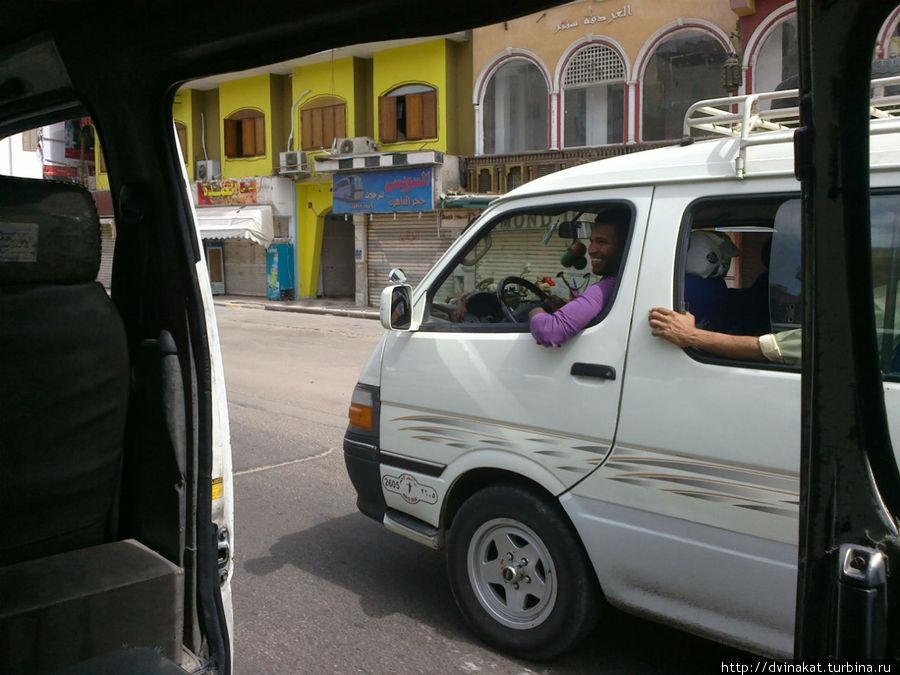 Иногда водители могут болтать друг с другом во время движения