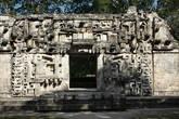 Фасад структуры II, из-за которого и был назван город. Представляет из себя открытую пастьземного монстра.