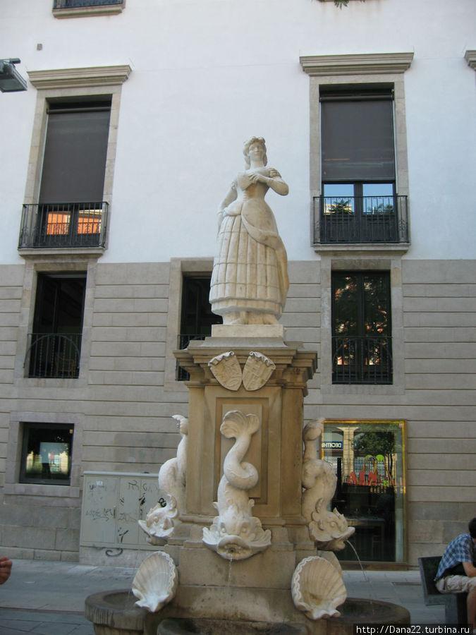 По словам кого-то из великих, если на улицах Барсы стоит памятник женщине, то это либо святая, либо проститутка... Этот, к примеру, памятник Махе.