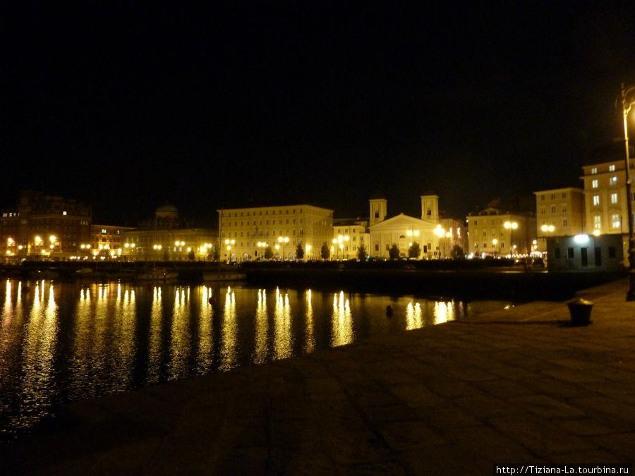 Триест.ночная панорама с центрального мола.