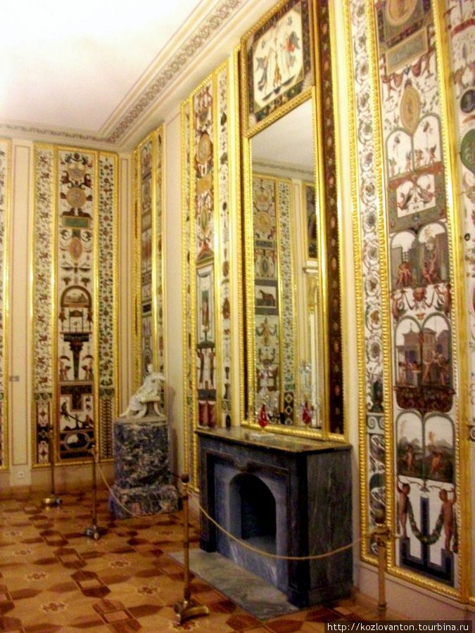 Арабесковая гостиная. Её стены украшают копии знаменитых фресок Рафаэля из коридоров Ватиканского дворца.