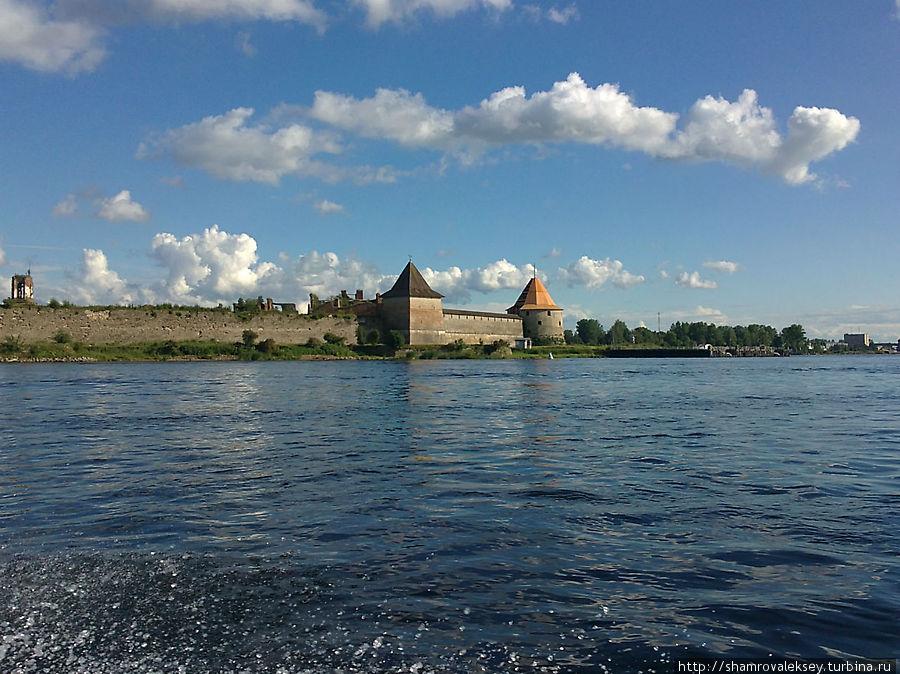 Вид на крепость с правого берега Невы